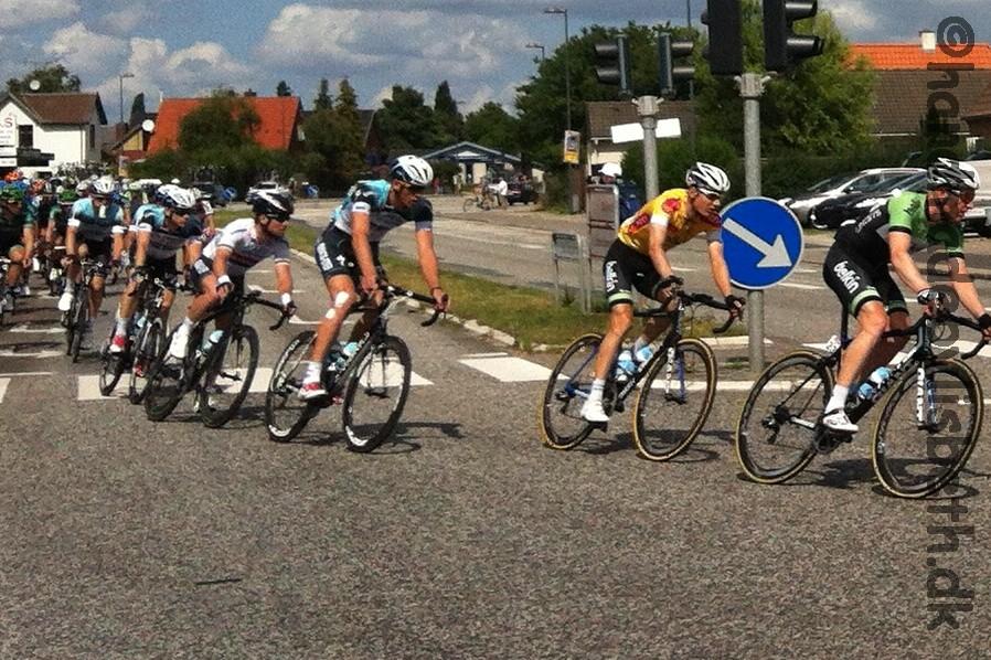 Post Danmark rundt 2013  Løbets vinder Wilco Kelderman fra Belkin i den guletrøje. Bagved ham ses Mark Cavendish i Britiske mesterskabs trøje. Han vinder senere etapen.